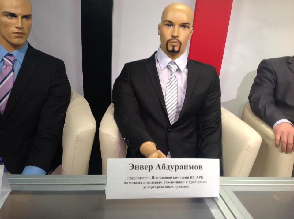 У Криму відсутніх на ток-шоу політиків замінили манекенами. Фото