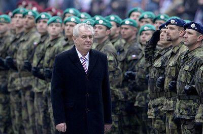 Президент Чехии надел галстук с российским триколором. Фото