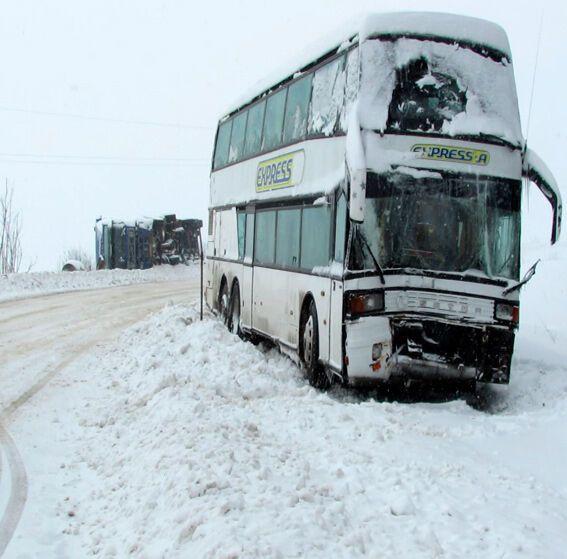 Из-за снегопада на Прикарпатье перевернулась фура