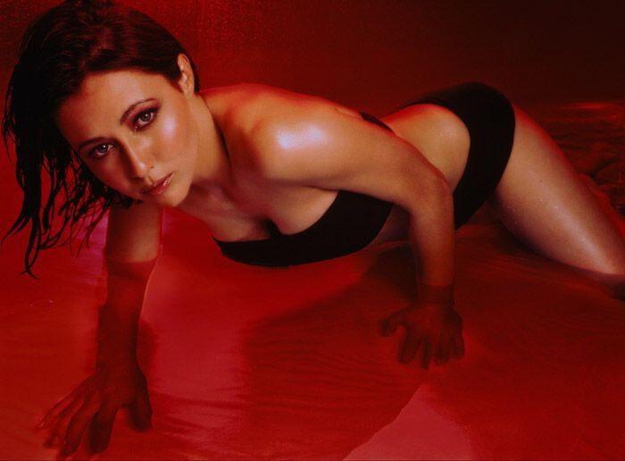 """Бренда из """"Беверли-Хиллз"""": красная подсветка, купальник, вода"""