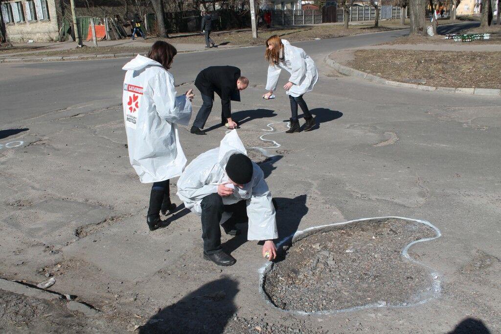В Черкассах подсветили ямы на дорогах. Фото