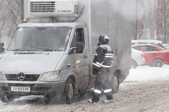 Работников ГАИ подключили к борьбе со стихией в Киеве