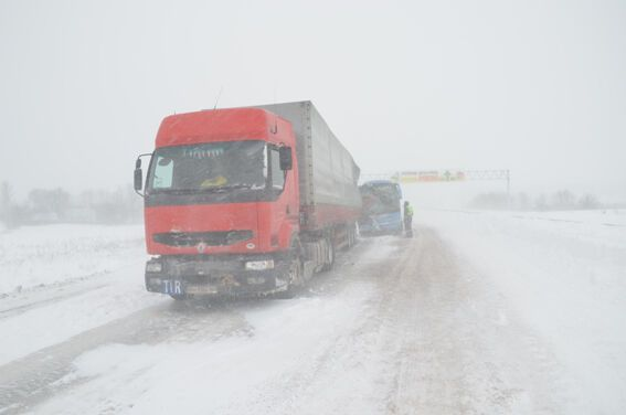 Из-за непогоды пассажирский автобус столкнулся с грузовиком на трассе Киев-Чоп