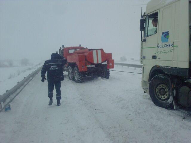 Снегопад завалил проезд к почти 500 населенным пунктам