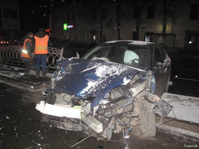В центре Киева дипломатическая машина растрощила ограду. Фото