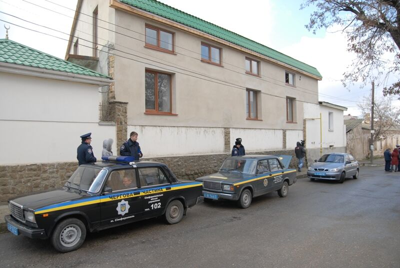 Главное здание мусульман Крыма изрисовали свастикой. Фото. Видео