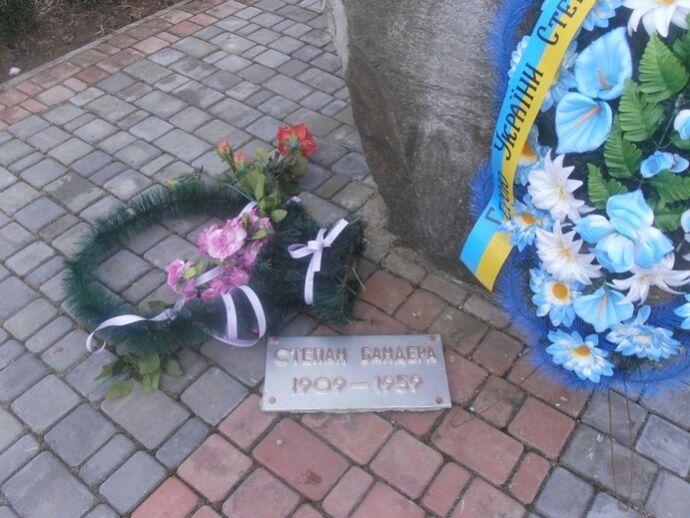 На Львовщине повредили памятник Бандере