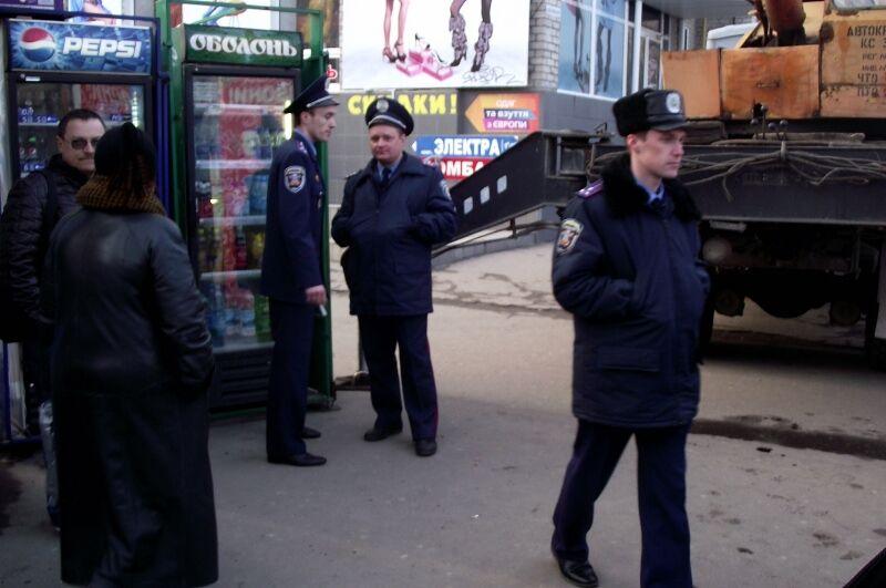 К приезду Януковича в Николаеве сносят МАФы и меняют билборды