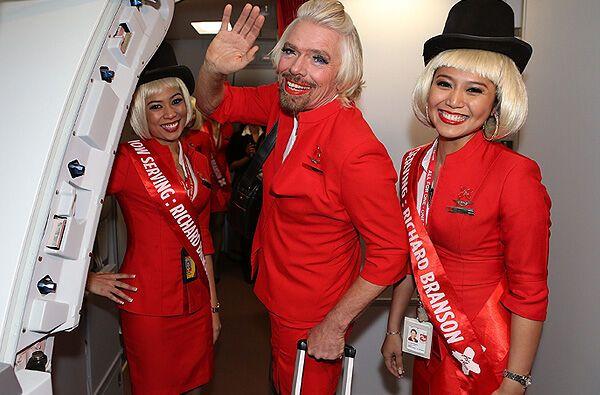 Мільярдер попрацював стюардесою на конкурента