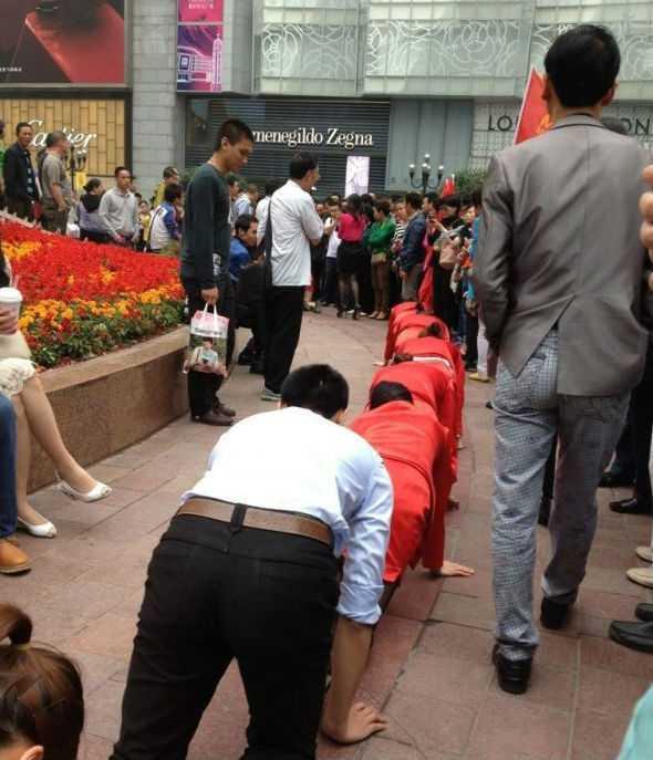 Бос змусив підлеглих повзати на колінах по вулиці