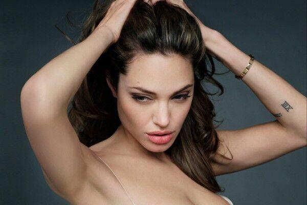 Джолі видалила обидві груди через страх мастопатії