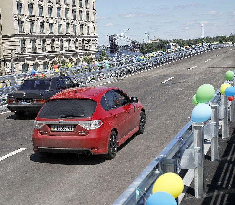 Азаров открыл движение по эстакаде на Почтовой площади