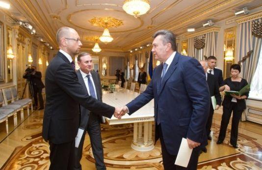 Яценюк вразив Януковича новим образом. Фото