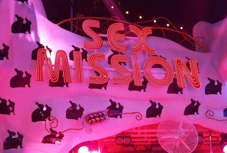 "Форвард ""Динамо"" расслабился на ""Sex Mission"". Фото"