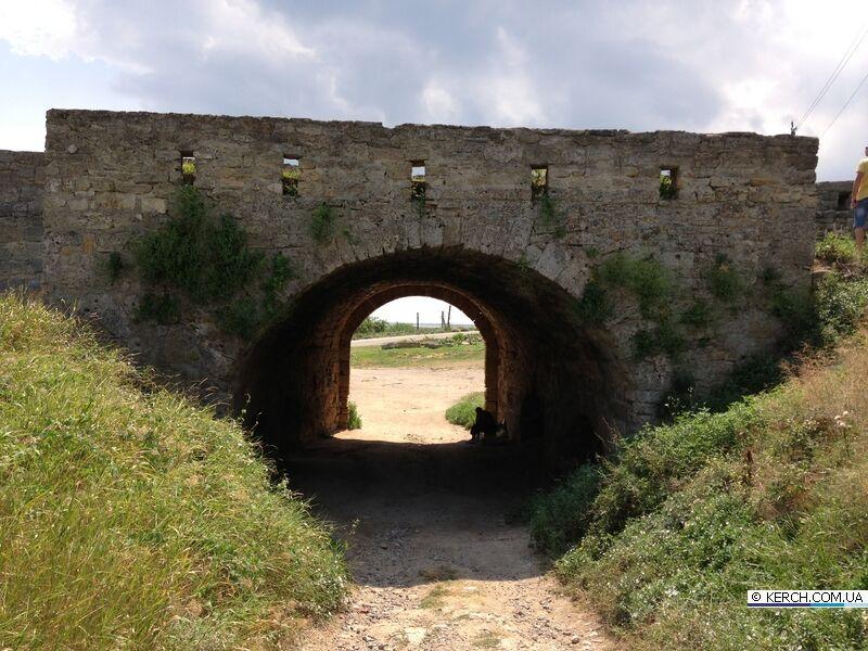 Вандали облили кримську фортецю фекаліями