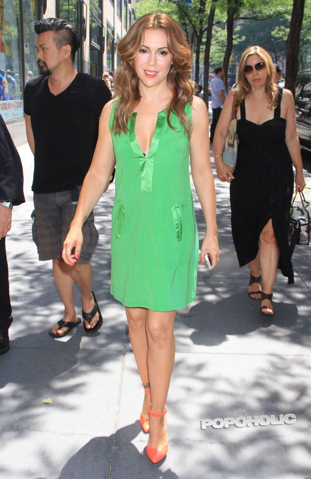 Рыжая Алисса Милано в маленьком зеленом платье