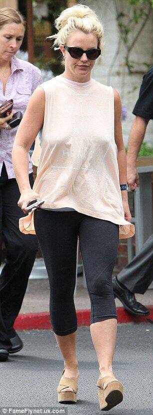 Бритни Спирс пополнила арсенал футболок с дурацкими надписями