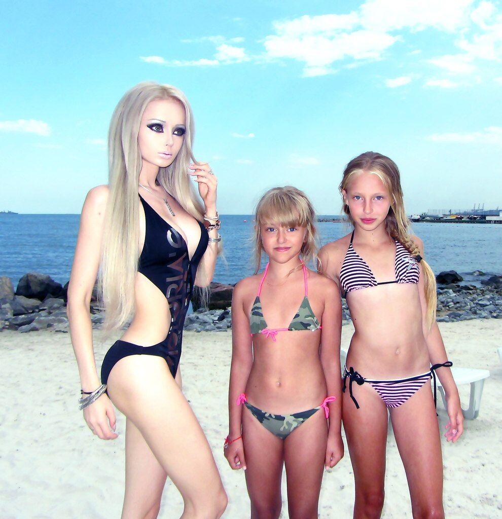 Девушка-Барби выставила в Сети фотографии в купальнике
