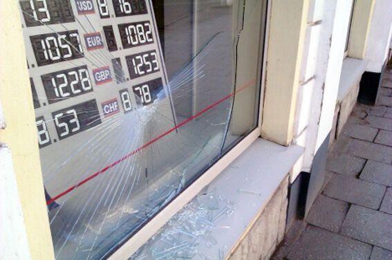 У Луцьку розбили вітрину банку