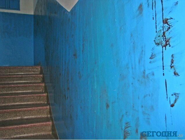 Фото з місця замаху на мера Феодосії: під'їзд залитий кров'ю