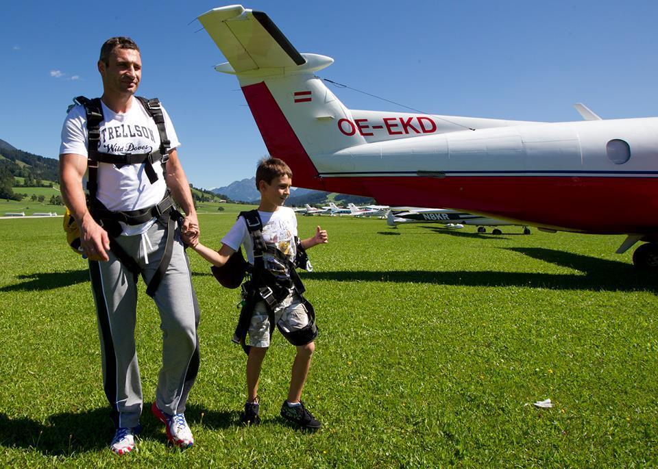 Кличко со всей семьей выпрыгнул из самолета