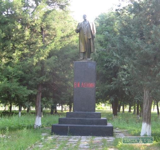 Реставрація по-одеськи: помилку на пам'ятнику Леніну виправили невдало