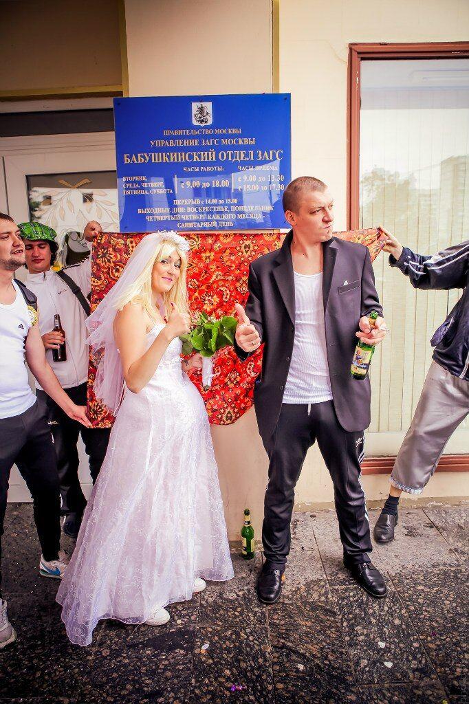 Россияне устроили гоп-свадьбу и фотографировались на фоне ковра