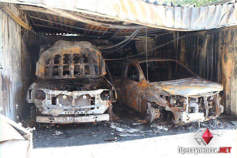 У Миколаєві згоріли елітні авто екс-глави УБОЗу