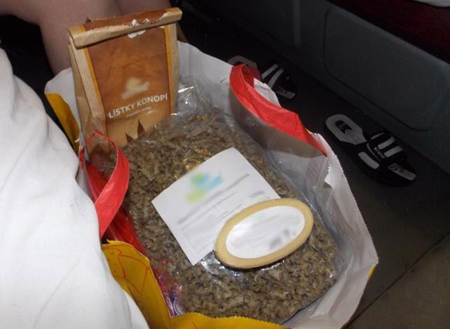 Українські митники відібрали у росіянки конопляні чай, макарони і мило