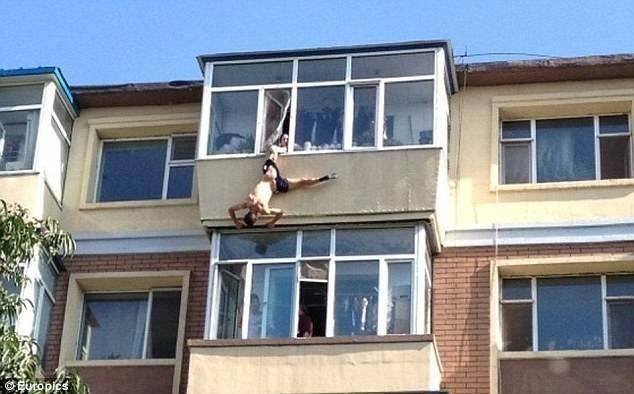 У Китаї дружина врятувала чоловіка-самогубця, схопивши його за труси
