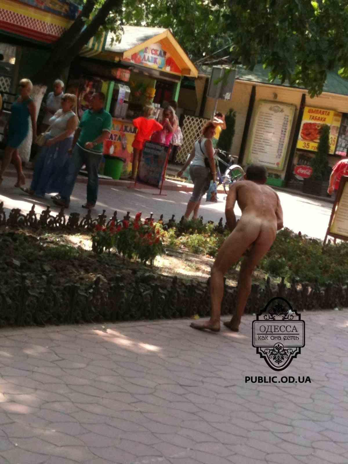 На ж / д вокзалі в Одесі двоє голих хлопців шукали подруг