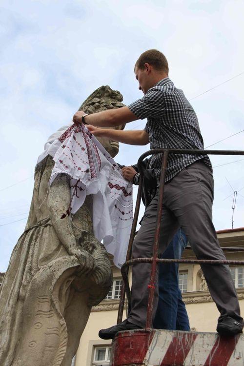 Львовский горсовет одел в вышиванки богов