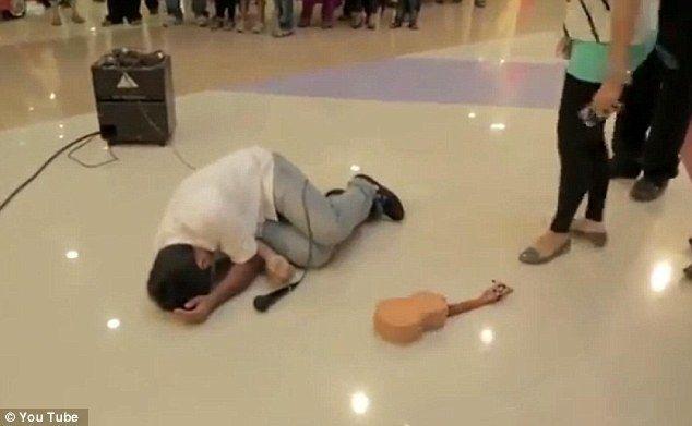 Дівчина нокаутувала гітарою хлопця за пропозицію руки і серця