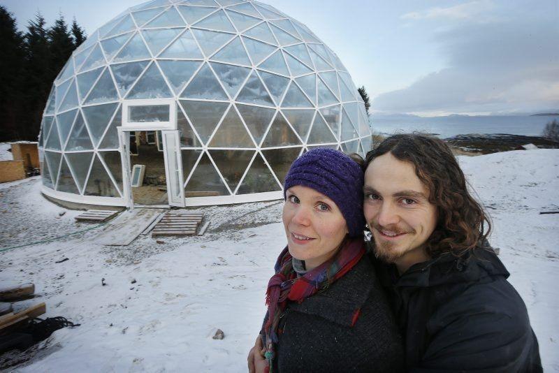 """Пара из Норвегии поселилась в стеклянном """"домике хоббита"""""""