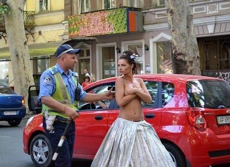 Одесский гаишник прогнал голую модель с дороги