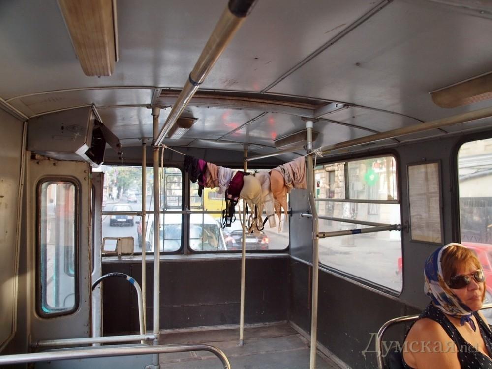Одеситка розвісила випрану білизну прямо в тролейбусі