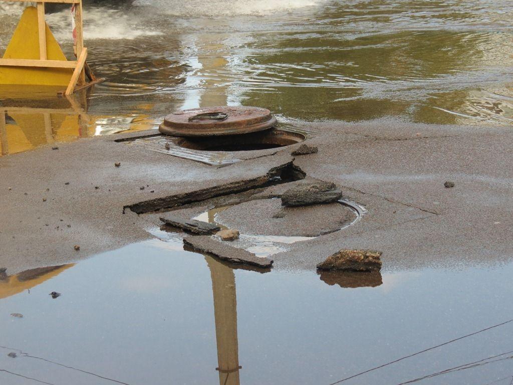 У Кіровограді 5-метровий фонтан забив з-під землі прямо на дорозі