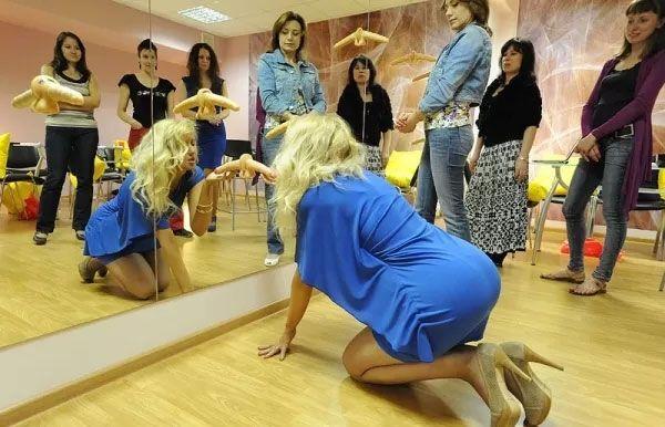 Русская девушка учит правильно делать минет
