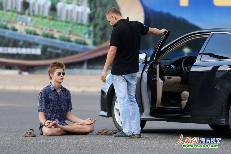"""Російський студент шокував китайців """"голої медитацією"""" на дорозі"""