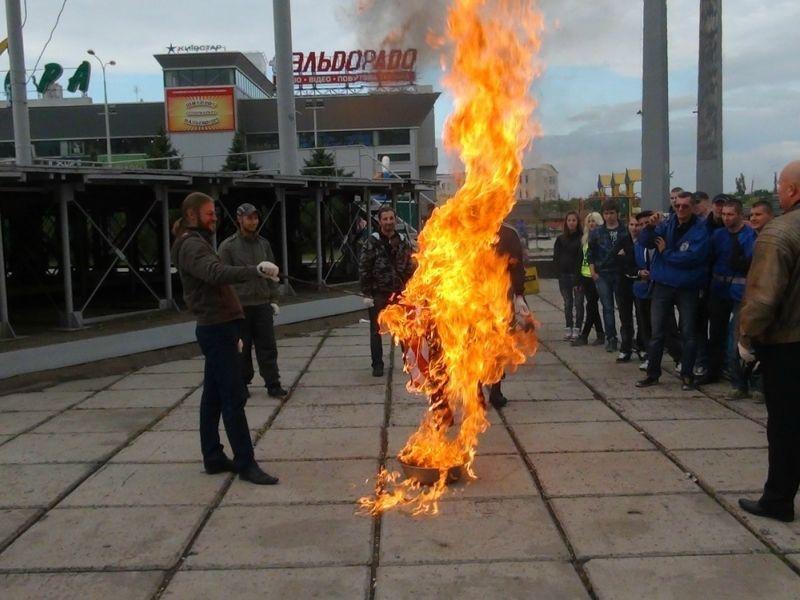 Учасникам спалювання прапорів США та Ізраїлю в Маріуполі загрожує до 4 років