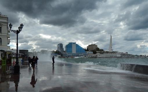 Шторм у Севастополі: хвилі накривають людей з головою