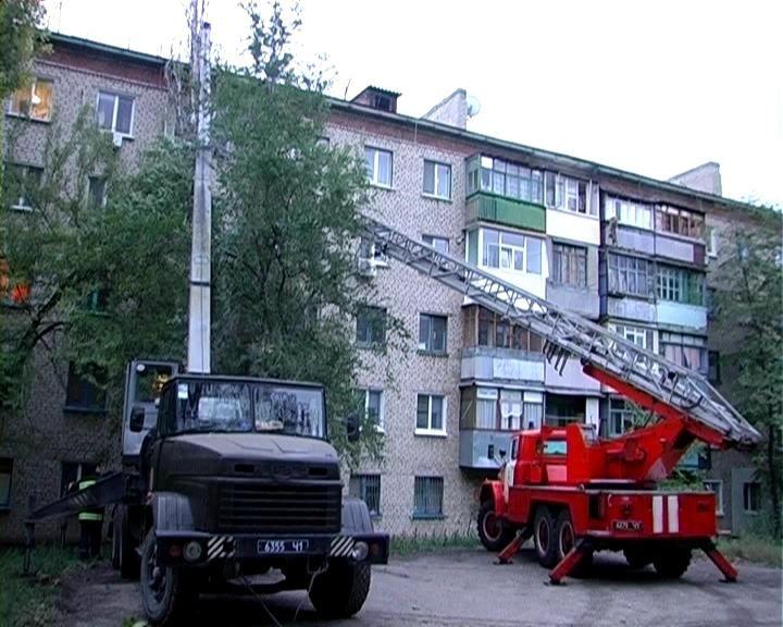 У Луганську на п'ятиповерхівку впало 18-метрове дерево