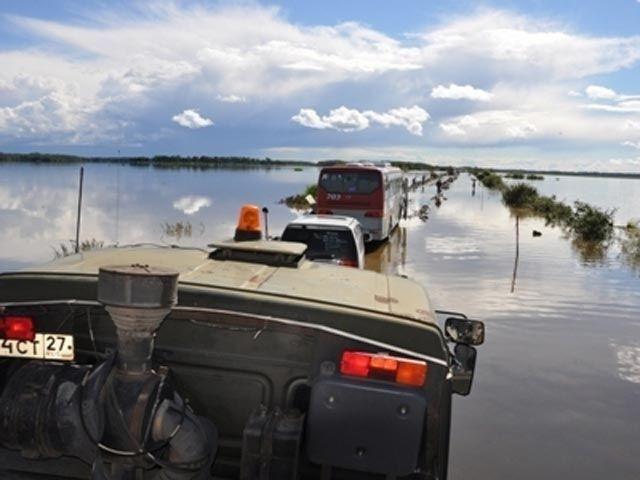 """Під час паводку на Далекому Сході потонув """"КамАЗ"""" з солдатом"""