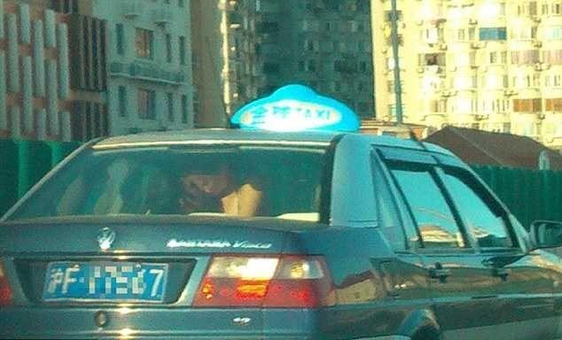 Влюбленные устроили эротик-шоу для водителей, занявшись сексом прямо в такси