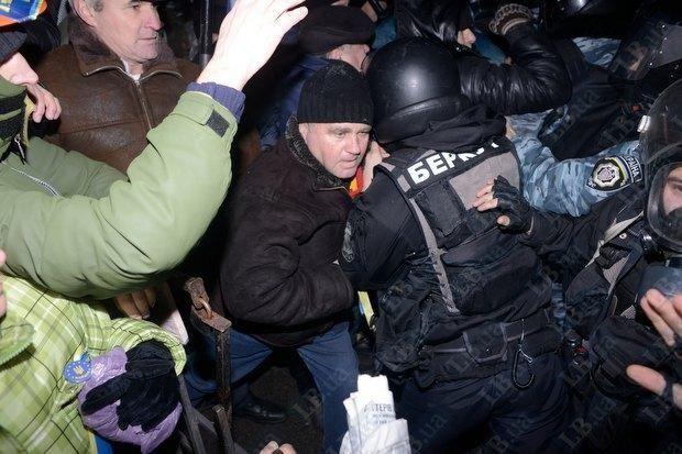 """""""Беркут"""" избил пикетирующих суд по делу """"васильковских террористов"""""""