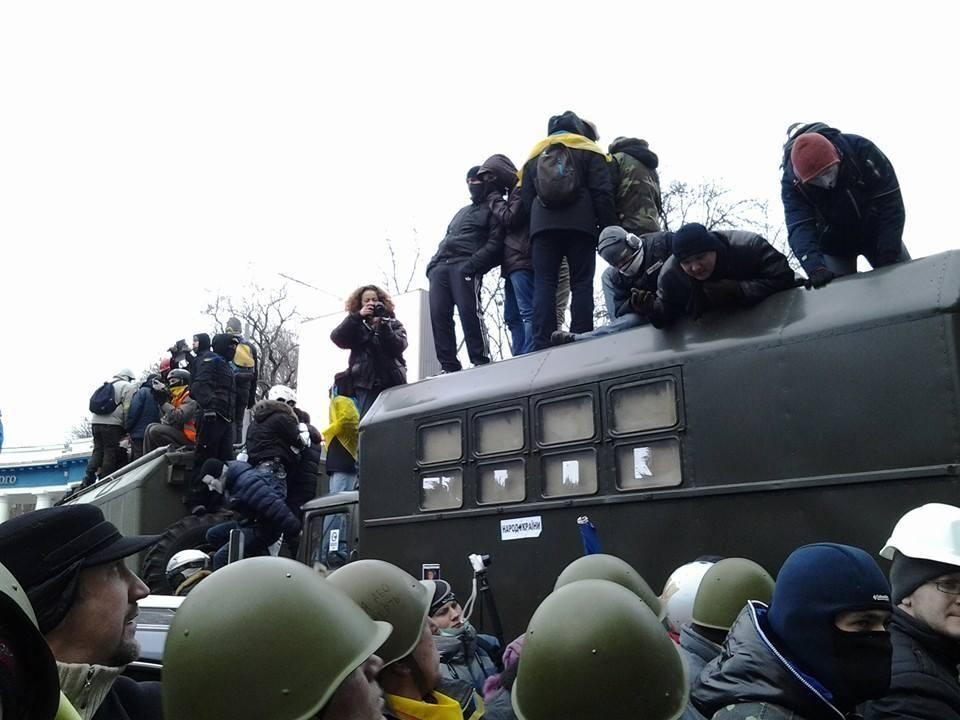 Возмущенная толпа пытается прорваться к Раде