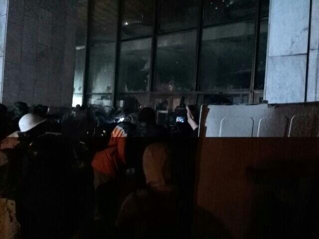 """Мітингувальники пішли штурмом на """"Український дім"""""""