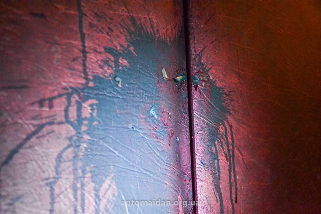 Двері квартири матері художника Пояркова облили зеленкою