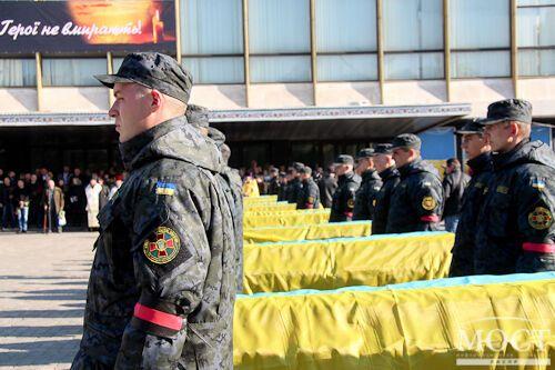 Жители Днепропетровска похоронили 21 неопознанного украинского бойца. Опубликованы фото