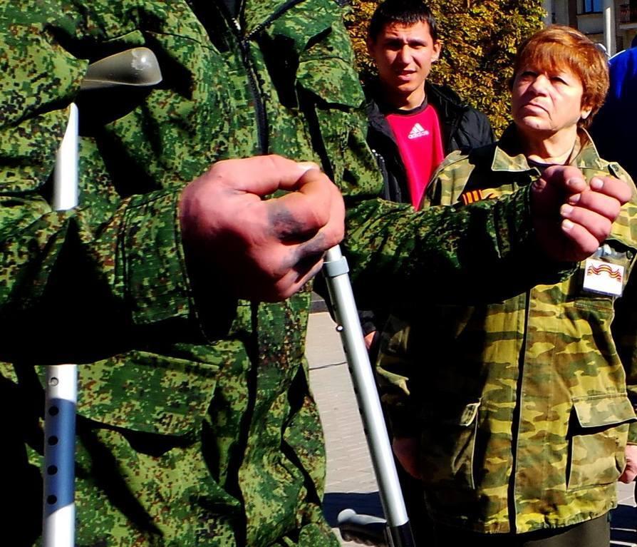 """В Донецке люди со свастикой требовали отменить """"выборы"""" и объявить войну Украине"""